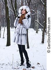 bello, giovane, camminare, in, inverno, foresta