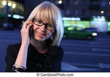 bello, giovane, comunicando telefono mobile, in, notte, città