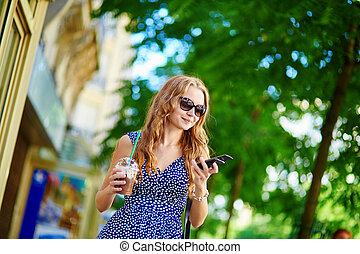 bello, giovane, con, telefono mobile