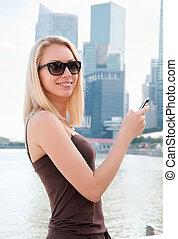 bello, giovane, con, telefono mobile, in, singapore