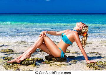 bello, giovane, in, bikini, su, uno, spiaggia tropicale