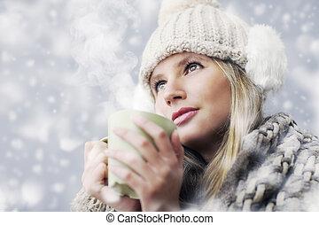 bello, giovane ragazza, caffè bevente, o, tè