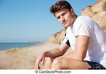 bello, giovane, sedendo spiaggia