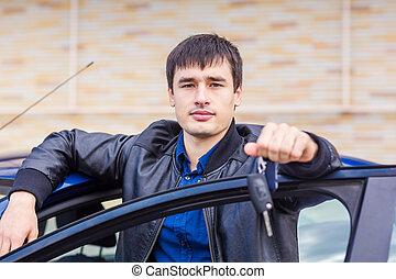 bello, giovane, seduta, in, suo, automobile