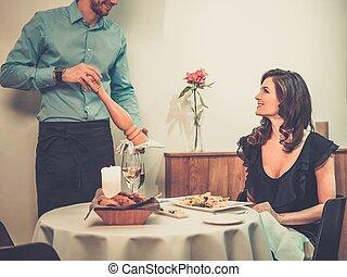 bello, giovane signora, e, cameriere, in, ristorante