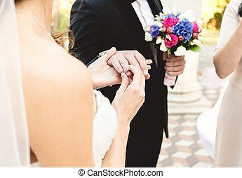bello, giovane, sposa, mettere, dito, fede, sposi