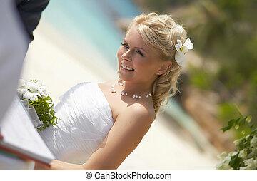 bello, giovane, sposa, smilling, durante, matrimonio tropicale, cerimonia, su, il, spiaggia.