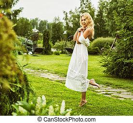 bello, il portare, donna, giovane, lungo, vestito bianco