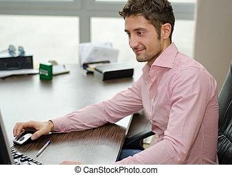 bello, impiegato, mentre, computer, usando, sorridere felice