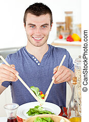 bello, insalata, sorridente, uomo macchina fotografica, mangiare, giovane