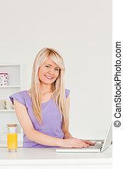 bello, laptop, femmina, rilassante, cucina