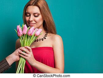 bello, mazzolino, tulips, giovane, presa a terra, ragazza, dà, uomo, fuori