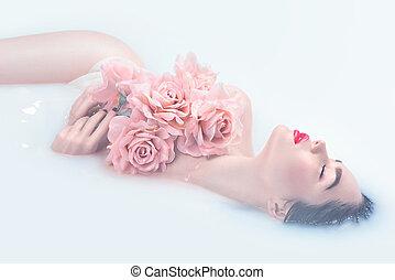 bello, modella, ragazza, con, luminoso, trucco, e, rose dentellare, presa, latte, bagno, terme, e, cura pelle, concetto