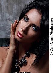 bello, occhi blu, donna, collo, trucco, scuro, fondo., luminoso, moda, closeup, sexy, collana, ritratto