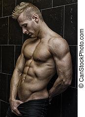 bello, parete, shirtless, giovane, muscolare, contro, sporgente, uomo, pavimentato
