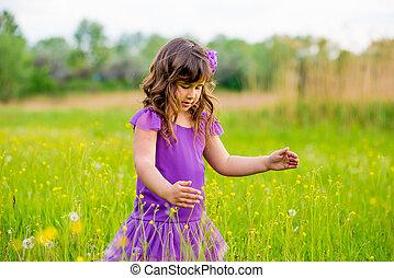 bello, piccola ragazza, con, capelli ricci, in, natura, soleggiato, sorriso