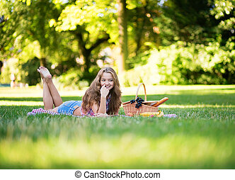 bello, picnic, parco, giovane ragazza, detenere