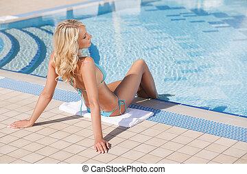bello, prendere il sole, rilassante, capelli, biondo, poolside, poolside., vista, retro, donne