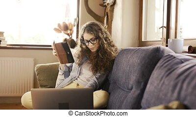 bello, ragazza adolescente, a casa, sedendo divano,...