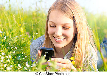 bello, ragazza adolescente, con, cellphone, fuori