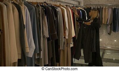 bello, ragazza, chooses, uno, vestire, in, uno, negozio