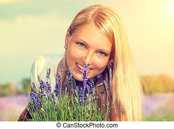 bello, ragazza, con, fiori, in, giacimento lavanda