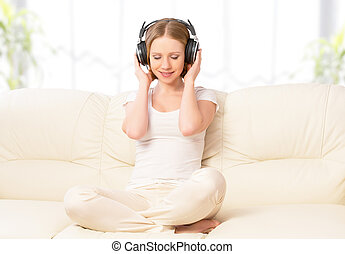 bello, ragazza, in, cuffie, godere, musica, a casa, divano