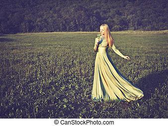 bello, ragazza, in, lungo, vestito verde, con, mazzolino fiori, in, estate, onnature