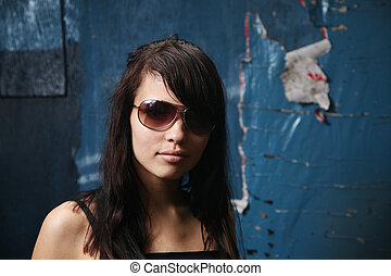 bello, ragazza, in, occhiali da sole, sopra, grungy, parete, fondo