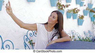 bello, ragazza, presa, selfie, tavola
