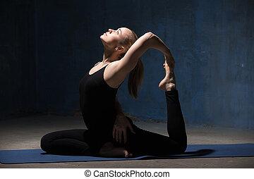 bello, re, donna, yoga, seduta, atteggiarsi, piccione,...