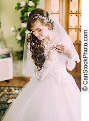 bello, riccio, sposa, vestire, capelli lunghi, elegante, dentro, proposta, matrimonio, bianco, velo