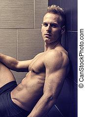 bello, seduta, parete, shirtless, giovane, muscolare, contro, uomo, pavimentato
