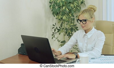 bello, segretario, lavorando, uno, computer