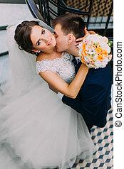 bello, sensuale, sposo, baciare, bello, sposa, su, il, collo