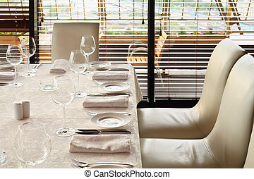 bello, servire, tavola, con, bianco, tovaglia, e, sedie, in, vuoto, ristorante