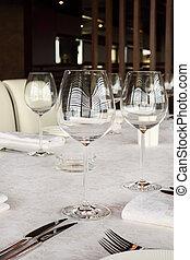 bello, servire, tavola, con, bianco, tovaglia, in, restaurant;, occhiali