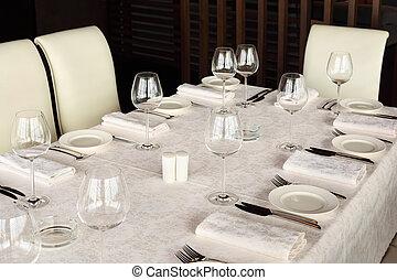 bello, servire, tavola, con, bianco, tovaglia, in, vuoto, restaurant;, occhiali, e, piastre