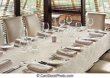 bello, servire, tavola, con, bianco, tovaglia, in, vuoto, ristorante
