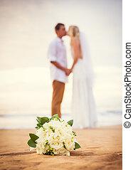 bello, spiaggia, sposato, romantico, osservare, coppia, sposo, tropicale, sposa, tramonto