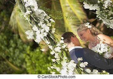 bello, splendido, giovane, coppia matrimonio, sorridente, durante, cerimonia, su, il, spiaggia.