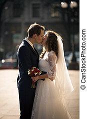 bello, sposo, giovane, sposa, strada, ritratto, baciare