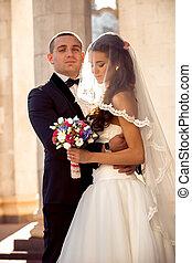 bello, sposo, soleggiato, abbracciare, sposa, strada, giorno, bello