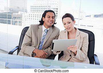 bello, squadra affari, usando, uno, tavoletta, computer