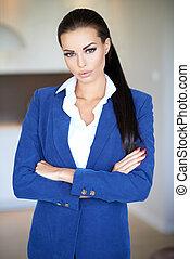 bello, standing, bracci piegati, donna d'affari