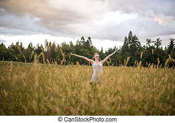 bello, standing, vita, donna, disteso, lei, natura, giovane, braccia, godere