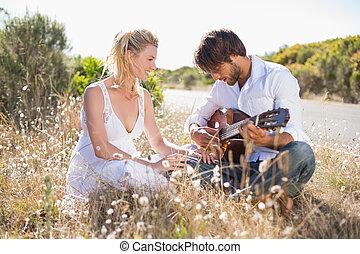 bello, suo, amica, serenading, uomo, chitarra