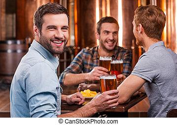 bello, suo, seduta, spendere, birra, giovane, pub, mentre, friends., tempo, sorridente, tostare, amici, testimone sposo