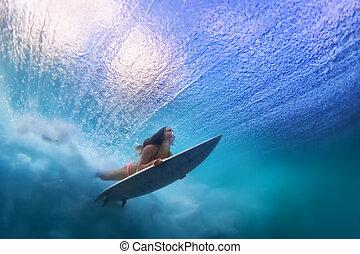 bello, surfer, ragazza, tuffo, acqua, con, tavola da surf