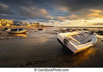 bello, tramonto, spiaggia, di, la, caleta, quando, il, marea, va, giù, e, il, barche, quello, remain, statico